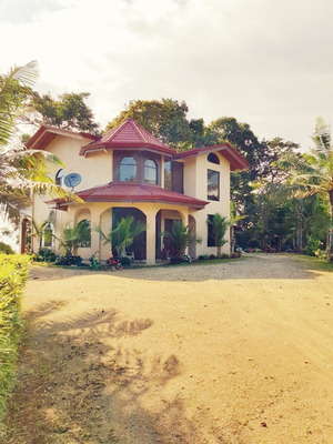 Casa De 4 Habitaciones 3 Baños, Amplia Cocina Y Sala.