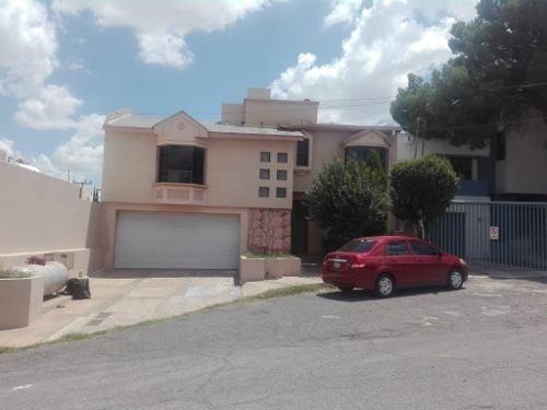 Casa Con Excelente Ubicación, Muy Cerca De Centros Comerciales, Con Sótano, Zona Comercial Mirador.