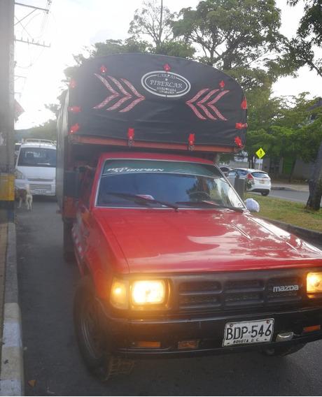 Mazda Rojo Montana En Estacas Con Doble 4x4 B2600