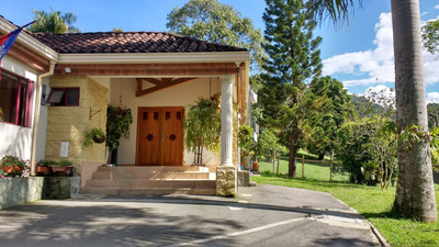 Casa Campestre, Con Espacios Independientes Y Jardines
