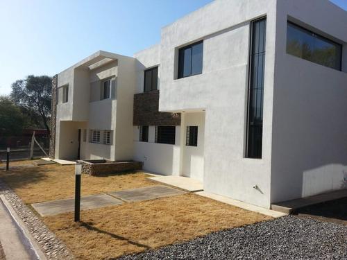 Imagen 1 de 19 de Casa De Tres Dormitorios En Housing Cerrado En Villa Warcalde