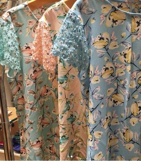 Blusa Com Estampa Floral E Detalhe Na Manga Com Pérolas