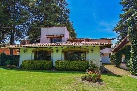 Casa Con Amplio Jardín En Metepec.