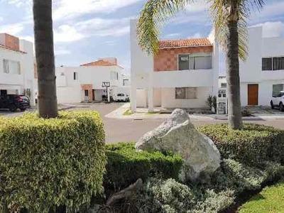 Casa Con Muy Amplio Jardín En Renta En Juriquilla Santa Fe