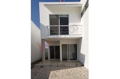 Casa En Renta Con 3 Recamaras Mas Cuarto De Servicio, Fracc. Cumbres Del Lago Juriquilla