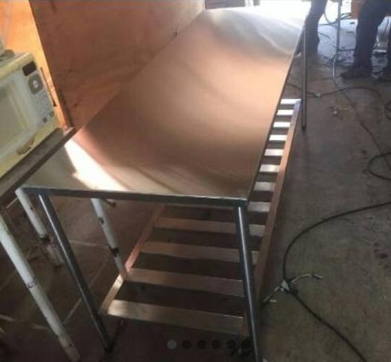 Uma Mesa Com Gradeado (1,80)