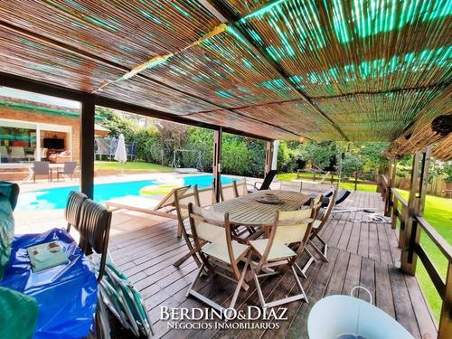 Extraordinaria Casa En Venta Rodeada De Un Hermoso Ambiente Natural Ubicada En Pleno Corazón De Cantegril- Ref: 55
