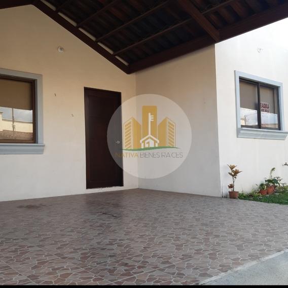 Linda Casa De Una Planta En Condominio