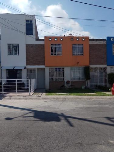 Casa En Una Calle Cerrada Con Portón Eléctrico