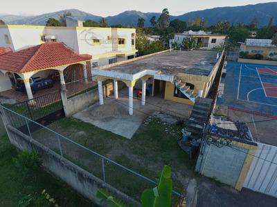 Casa De Venta En Zona Resd. En El Pueblo De Jarabacoa