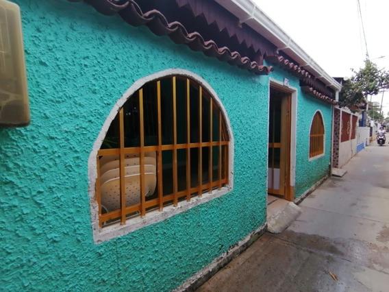 Casa De Tres Habitaciones, Dos Baños Patio Y Frente Cubiert