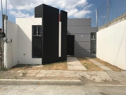 Hermosa Casa De Tres Reamaras, En Zona Con Todos Los Servici