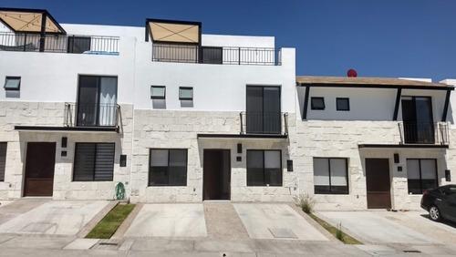 Casa En Venta Refugio 4 Recamaras. C:188 M2 T:126 M2