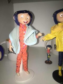 Coraline Muñeca Pijama Neca Display Stand Manta