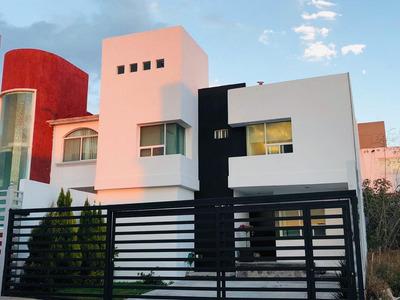 Amplia Casa, Con Acceso A Roof Garden, Cerca Zona Comercial.