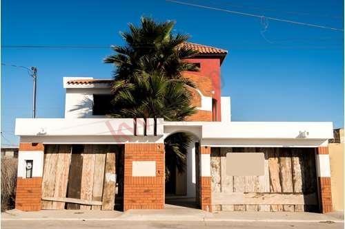 Casa En Venta Rosarito, Colonia Reforma. Cerca De La Playa, A Unas Cuadras De Plaza Pabellon. Construida De Ladrillo De Adobe Rojo