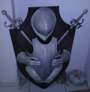 Brasão Medieval Tamanho Real Grande. 2 Espadas Que Se Soltam