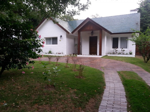 Gran Casa Ubicada En La Zona Del Golf, Punta Del Este.- Ref: 3030