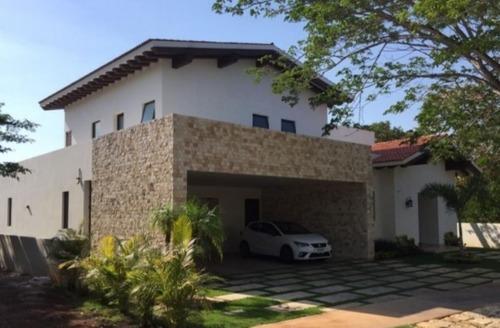 Bella Casa En Venta En Yucatan Country Club
