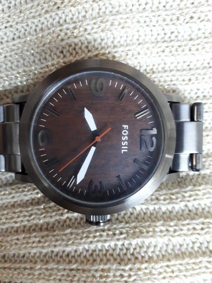 Relógio Original Fossil Na Cor Champanhe Fundo Amadeirado