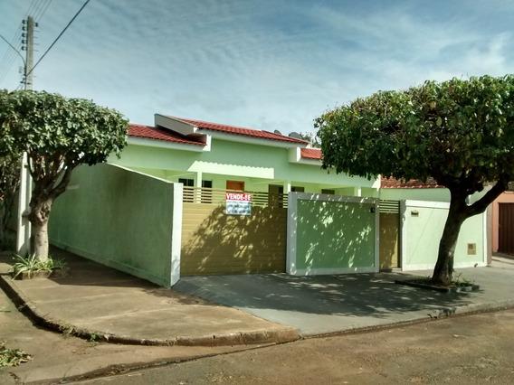Casa 3 Quartos, Edícula 2 Quartos, Banheiro E Área De Serv.