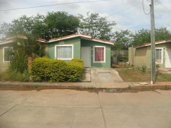 Casa En Venta En Acarigua 19-108 Rb