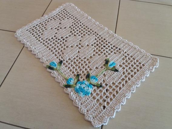 Tapete Retangular Em Crochê Crú Com Flor Na Cor Azul Claro
