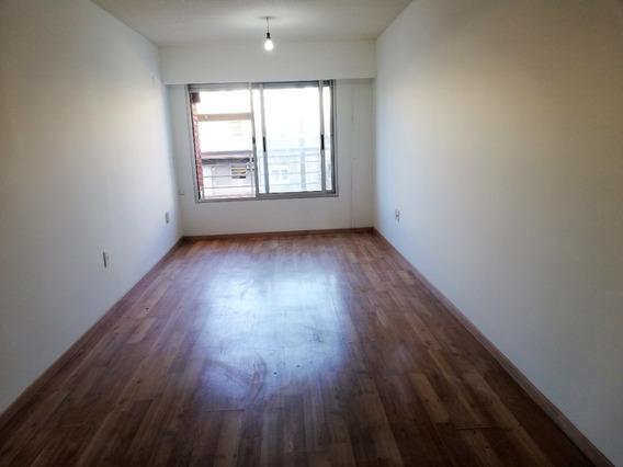 Alquiler De Apartamento Nuevo, 3 Dormitorios En Tres Cruces!