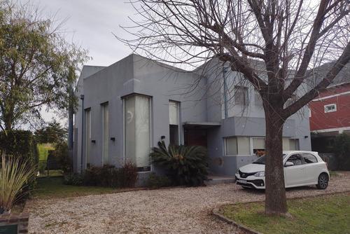 Excelente Casa A La Venta De 5 Ambientes En Barrio Los Sauces. Pilar