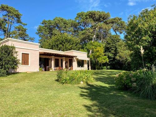 Preciosa Casa Estilo Colonial Roeado Por Verde