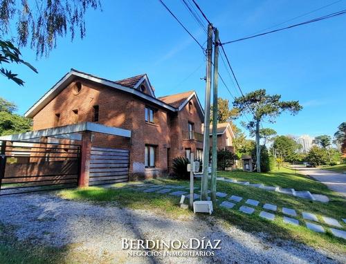 Hermosa Residencia En Lugano Con 5 Dormitorios, Piscina Y Barbacoa.- Ref: 933