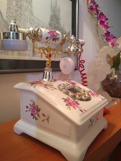 Teléfono De Mesa,estilo Antiguo,porcelana Blanca Y Flores