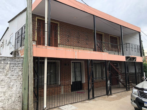Casa Con Local Comercial, 2 Apartamentos Y Patio Con Piscina