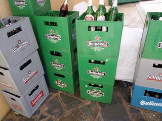 Cajones De Cerveza Con Botellas Vacias