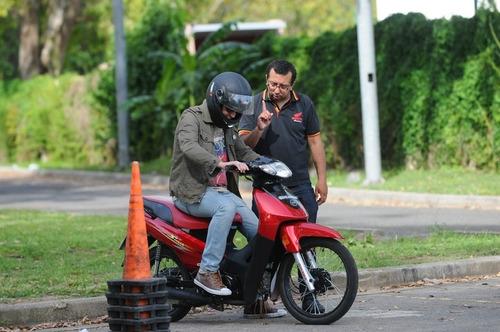 Imagen 1 de 10 de Academia Motoescuela Scooter 110cc Automatica Sin Cambios