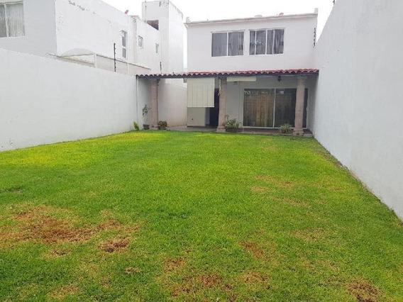 Casa En Privada En Juriquilla Santa Fe Con Jardín De 100 Metros
