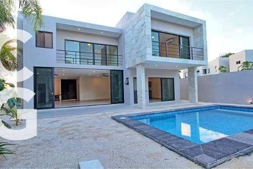 Casa En Venta En Cancun En Residencial Lagos Del Sol Con 5 R