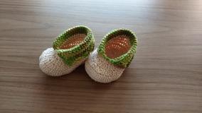 Sapatinho De Crochê Bege Com Verde