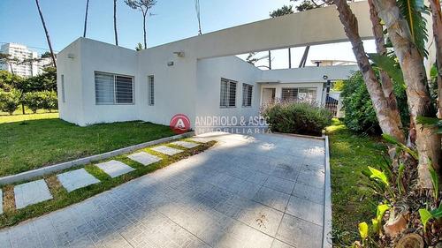 Casa En Venta Playa Mansa 3 Dormitorios- Ref: 6859