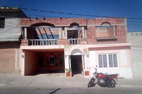 Casa De 2 Pisos Con Departamento Independiente , En La Colonia Del Carmen En Purísima Del Rincón .