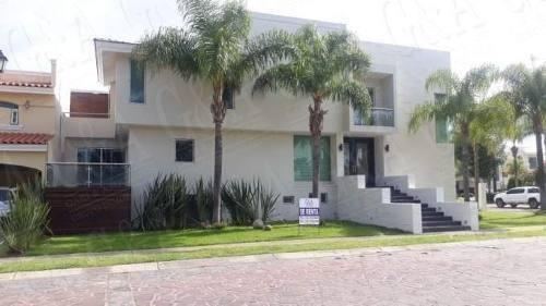 Hermosa Casa Frente A Parque