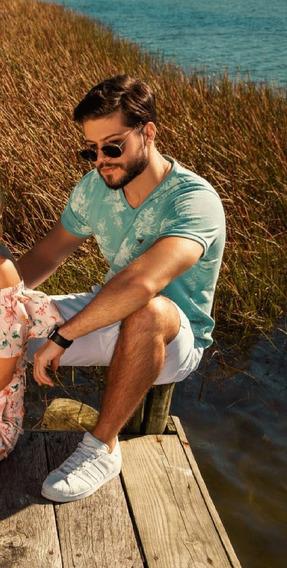 Camiseta Surf.com Decote V Verde Claro Estampa Tropical