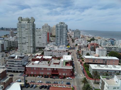 Apartamento En Zona De Peninsula  Con Hermosa Vista A Playa Brava - Ref: 11575
