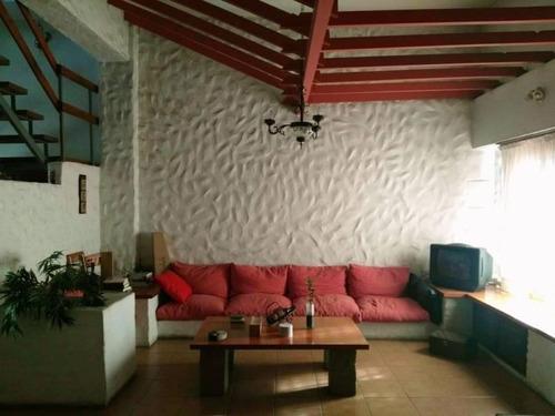 En Venta Hermosa Casa 4 Ambientes Con Cochera 2 Autos, Fondo Libre Y Quincho En Wilde Centro.
