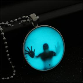 Colar Sombra De Homem Preso No Globo 3d Brilha No Escuro.