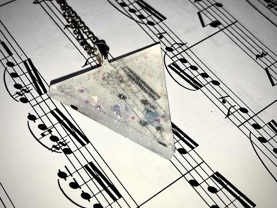 Collar Con Dije Triángulo Invertido Blanco Transparente