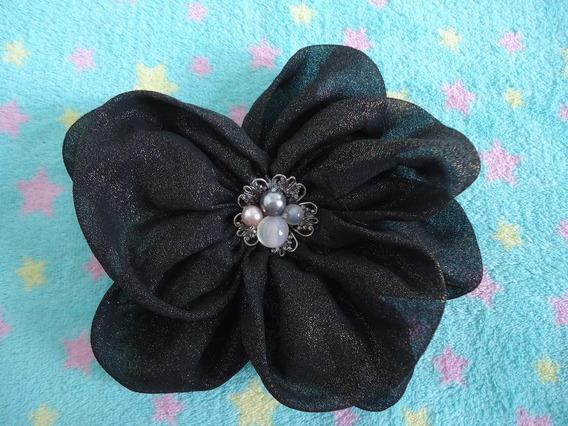 Broche Em Formato De Flor Com Pedrinhas