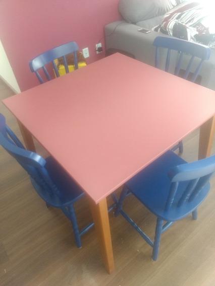 Mesa De Madeira Maciça Com 4 Cadeiras Azuis.