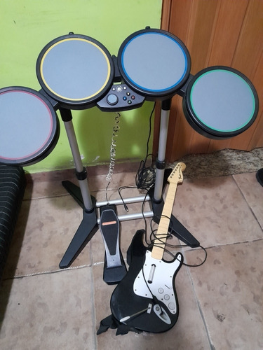 Imagem 1 de 4 de Bateria Rock Band Xbox 360 + Guitarra