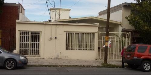 Casa Muy Amplia Y Bien Ubicada Cuenta Con Oficina Y Acceso A La Calle Con Sótano Amplio.